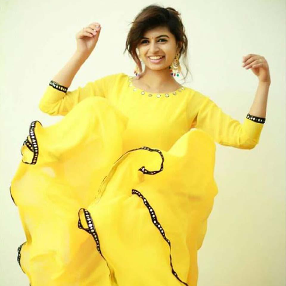 Eruma Saani harija in yellow dress