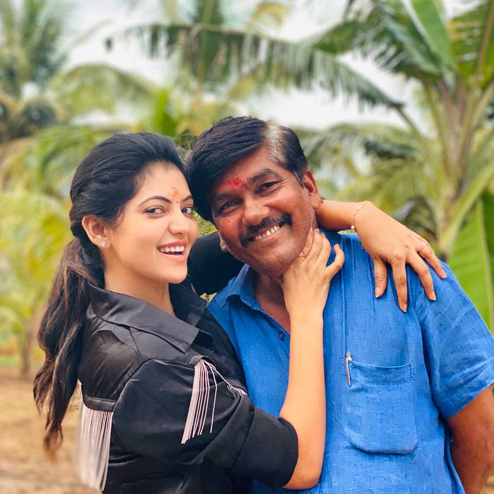 Athulya ravi with her father