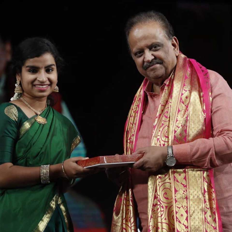 Sivaangi receiving award from SPB