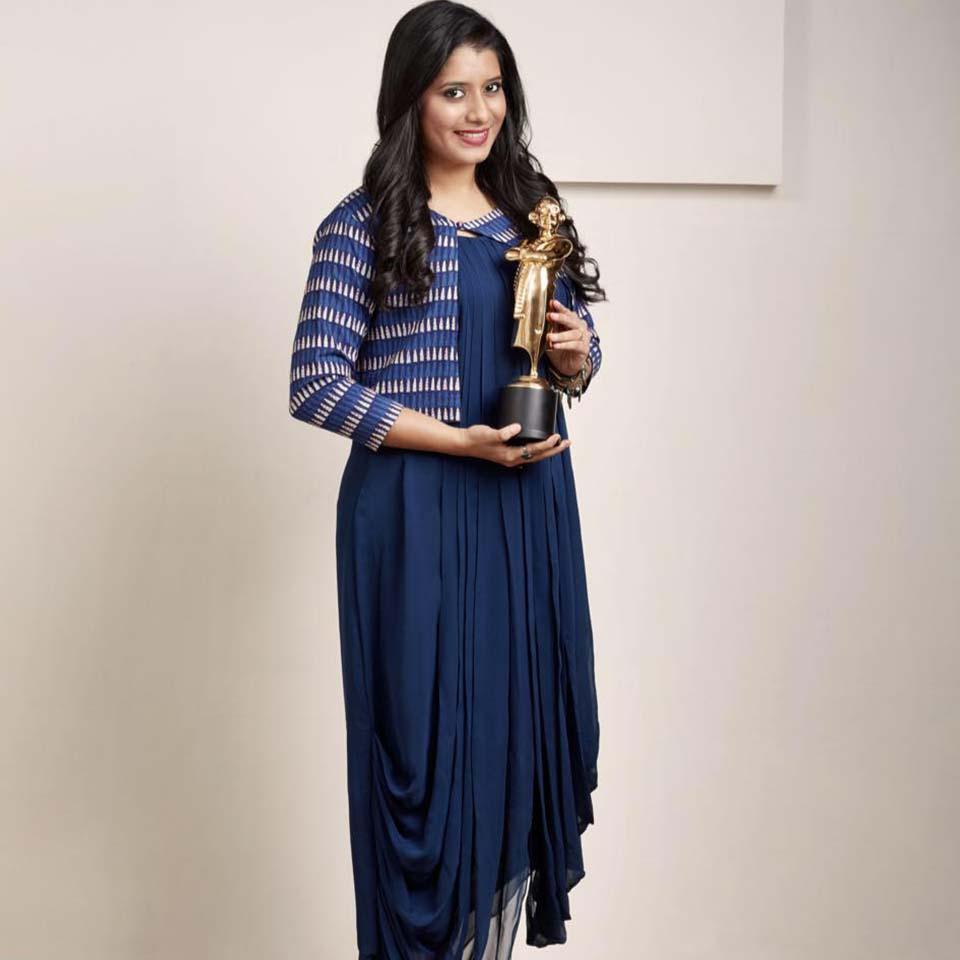 Vijay Tv Priyanka receiving award